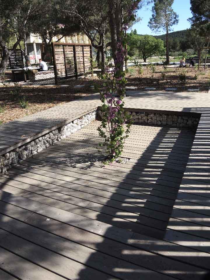 Aménagement urbain en gabions et bois