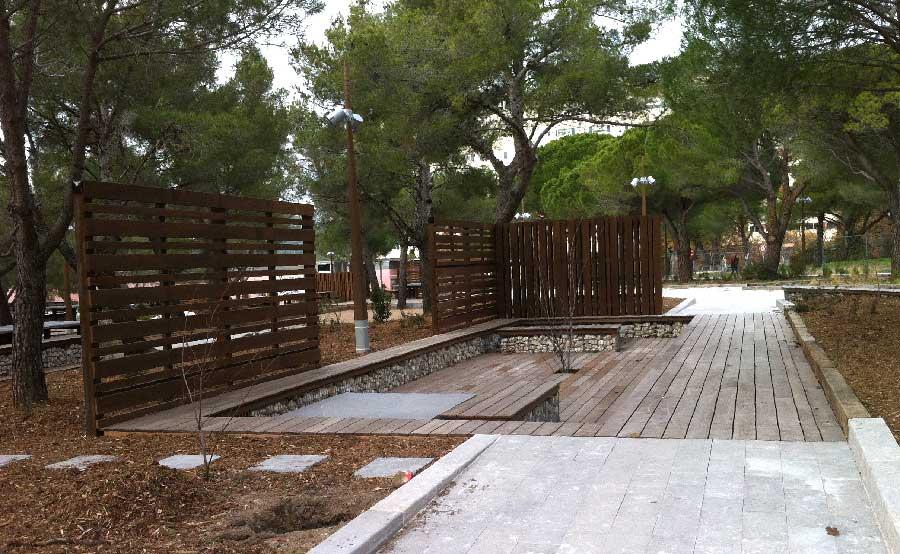 Faculté de Luminy, espaces de détente en bois et gabions