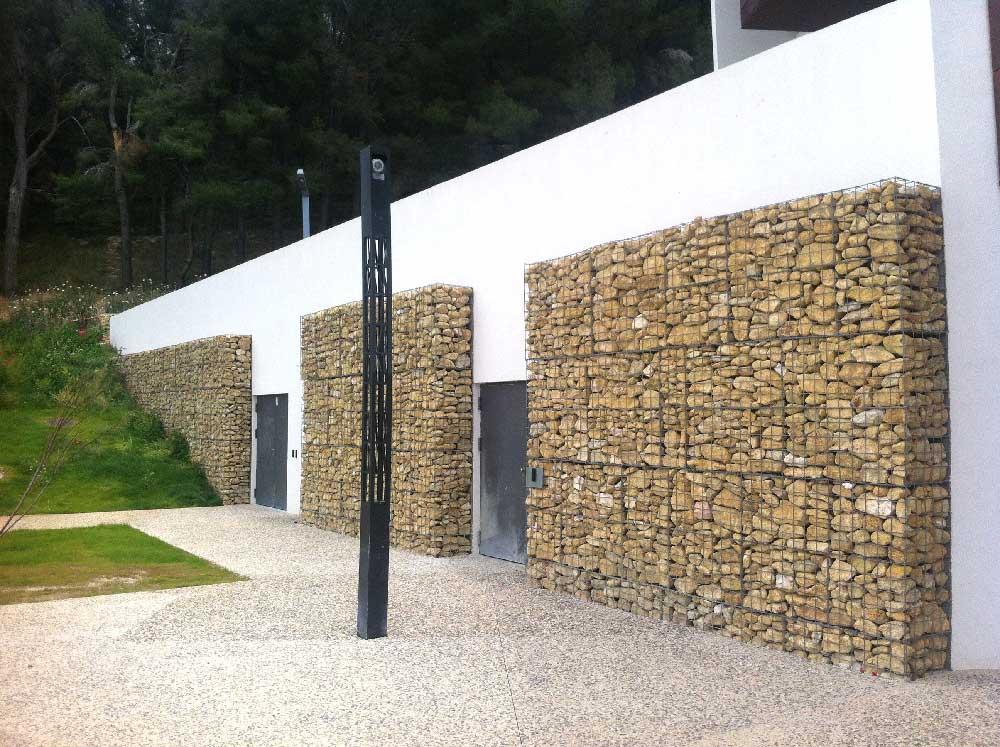 parement de façade en gabions et pierres rangées