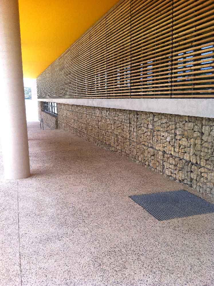 Parement de façade en gabions à la cité administrative d'Istres