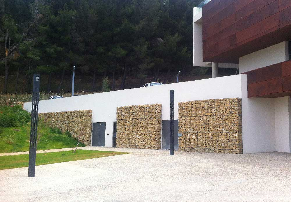 Parement de façade en gabions appareillé à la cité administrative d'Istres