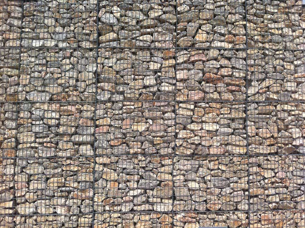parement de façade en gabions de pierres rangées