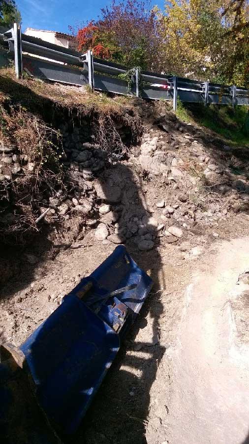 Etat du talus de la route d'Eguilles, nécessitant un soutènement à l'aide gabions