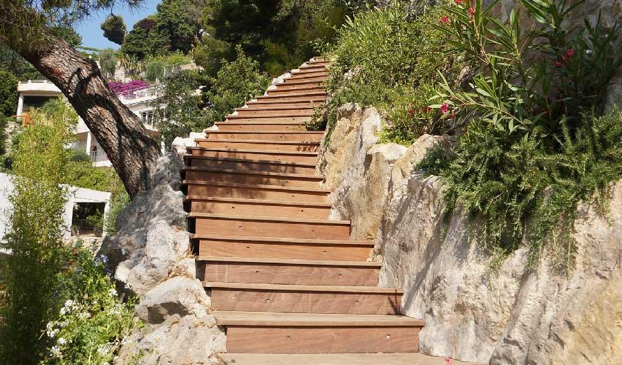 Escalier en bois intégré dans le paysage