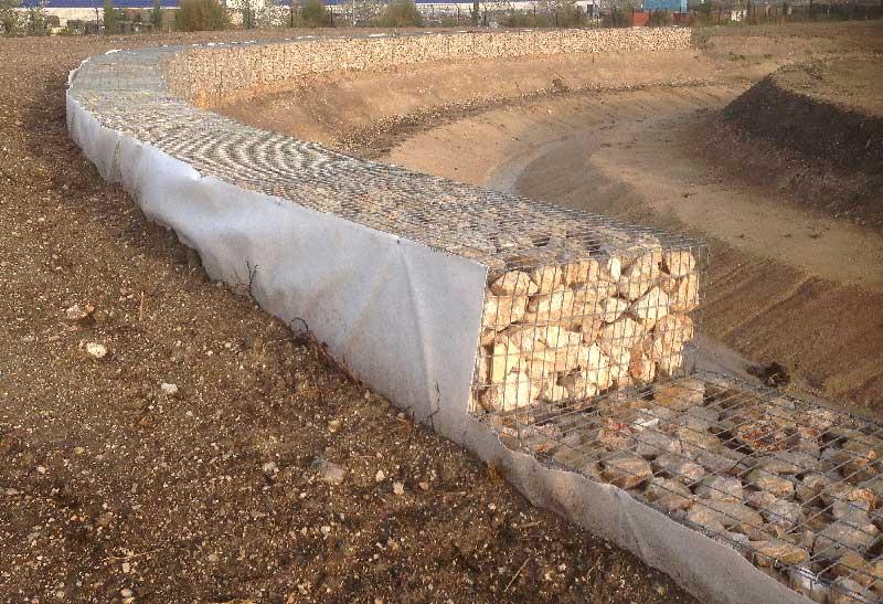 lutte contre l'érosion par mise en place de gabions en courbe zac des Florides