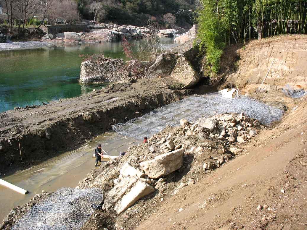 Génie minéral : Confortement de berge à la Bambouseraie par la pose de matelas de gabions en soubassement