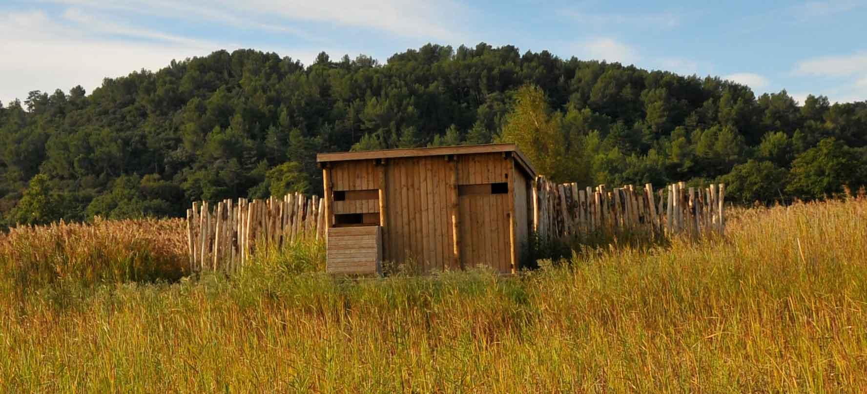 Observatoire ornithologique en bois sur l'étang salé de Courthézon
