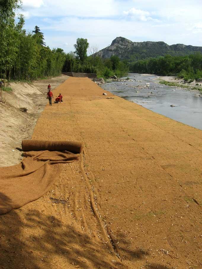 Génie végétal : toile biodégradable en coco sur le chantier d'une berge à Anduze