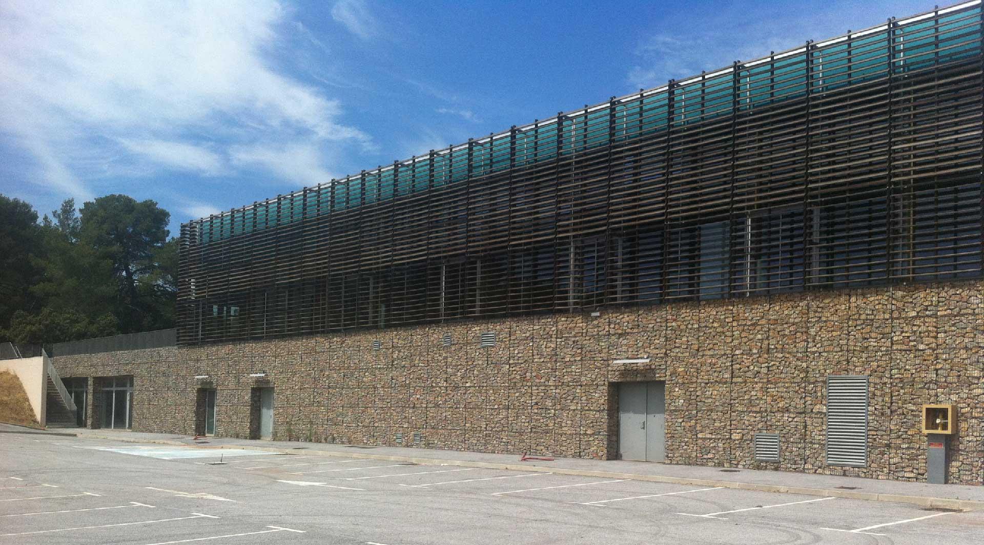Parement de façade en gabions dans le Var - Dojo du Cannet des Maures