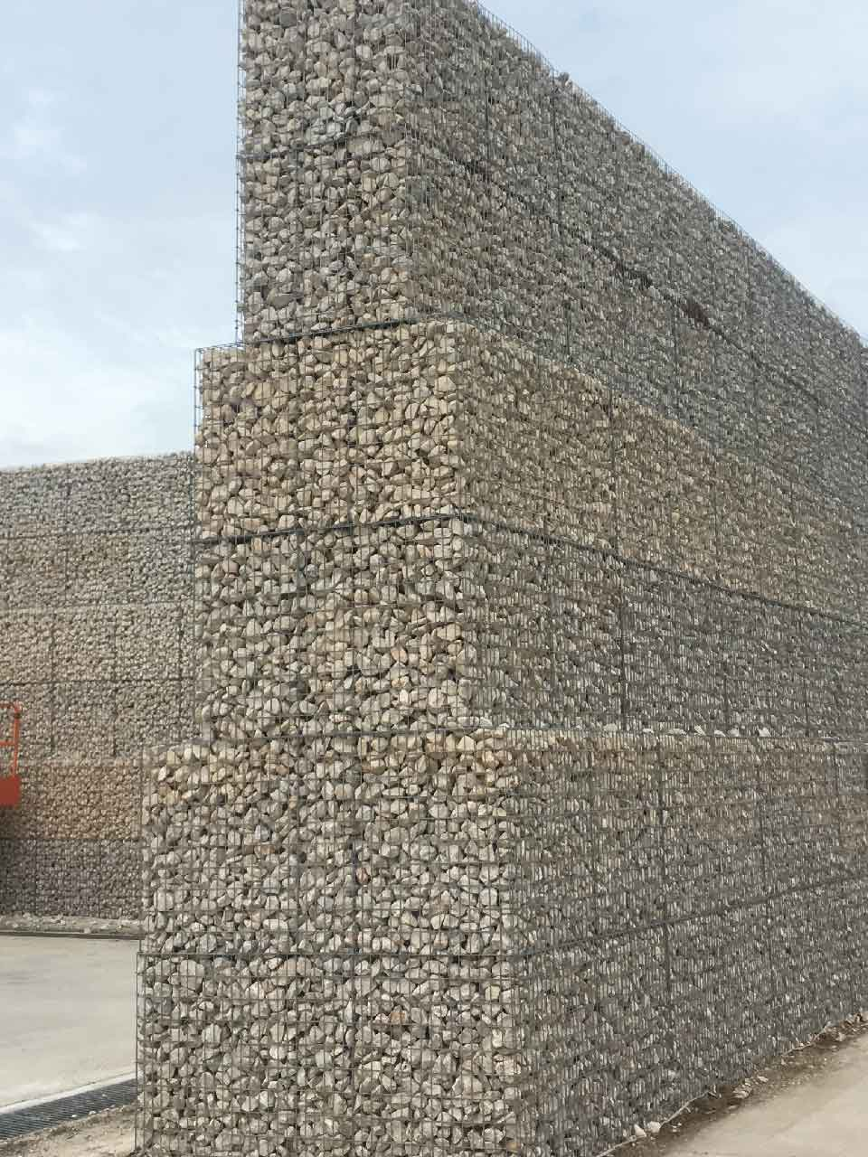 Mur anti-bruit en gabions - construction pyramidale
