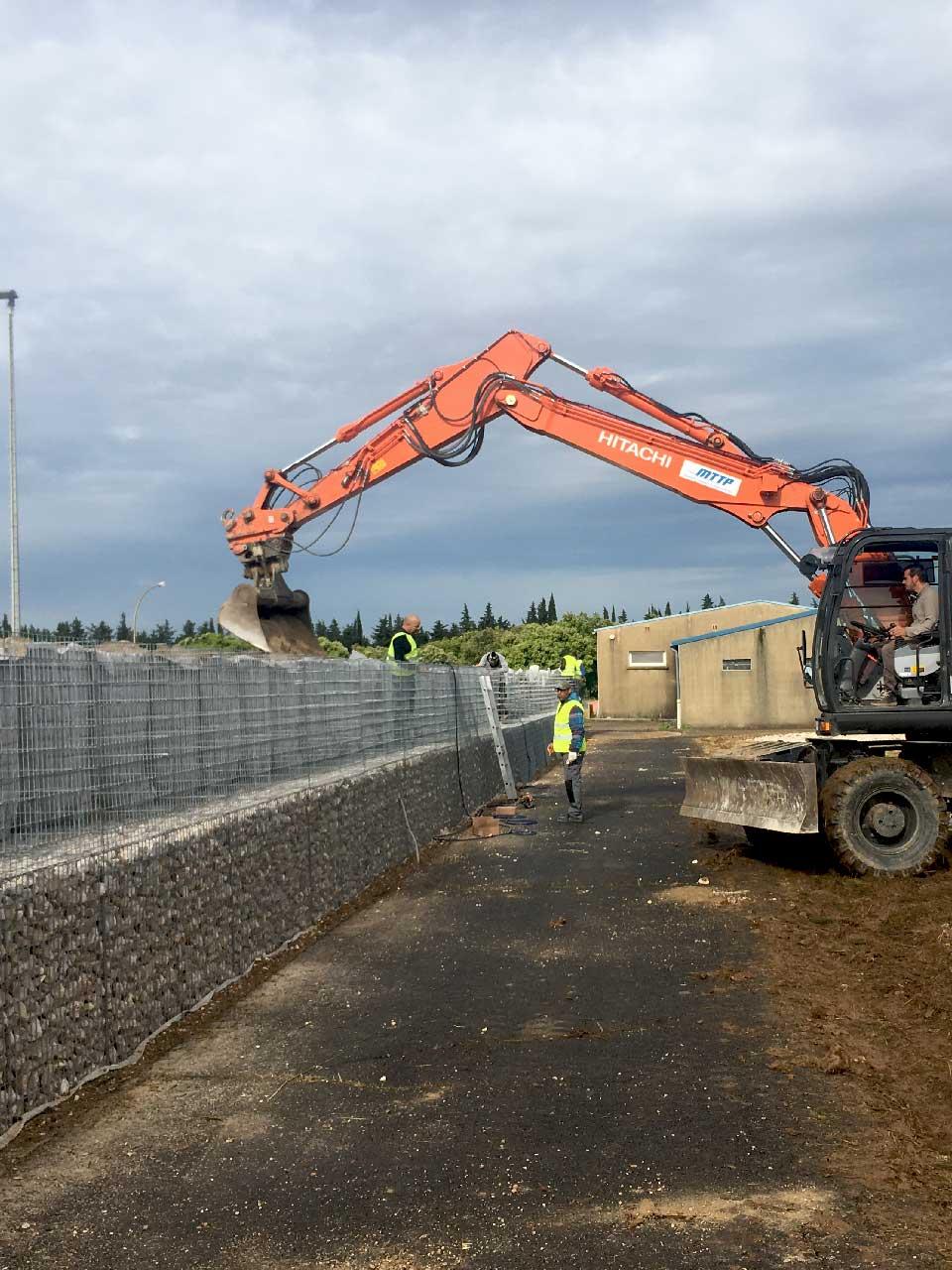 Construction d'un mur anti-bruit en gabions avec noyau de sable