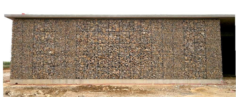 Parement de façade en gabions avec alternance du diamètre de pierres