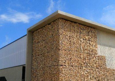 Parement de façade en gabions – gymnase de Sérignan (Hérault, 34)