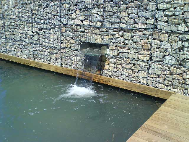 good rserve ralise dans un mur de gabion pour une fontaine with brise vue anti bruit. Black Bedroom Furniture Sets. Home Design Ideas
