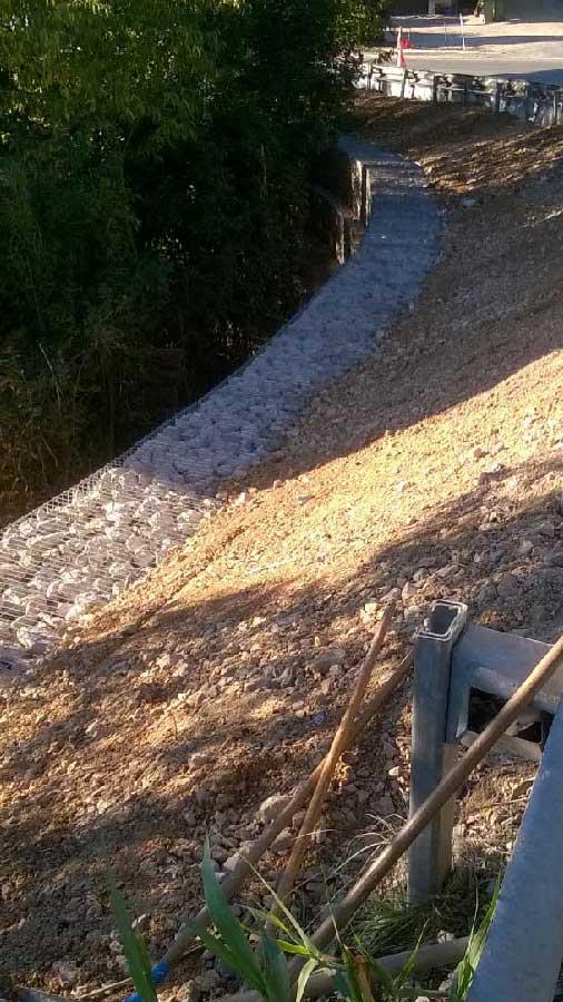 Ouvrage de gabions en courbe pour le soutènement d'une route à Eguilles, 13