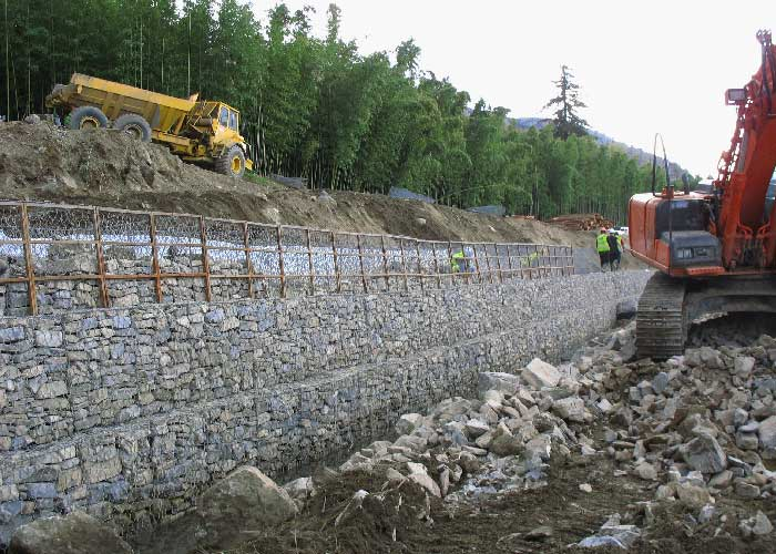 Construction du troisième rangs de gabion - treillis double torsion