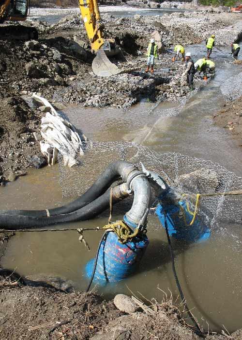 Pompage des eaux vers un bassin de décantation aval