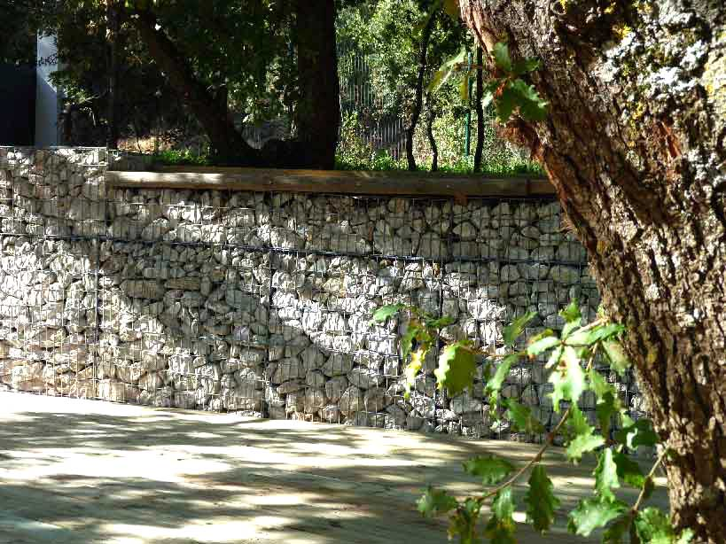 Mur de clôture en gabions et platelage bois