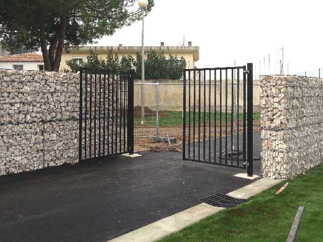 Portail et mur de clôture en gabions pré-remplis à Lunel dans l'Hérault