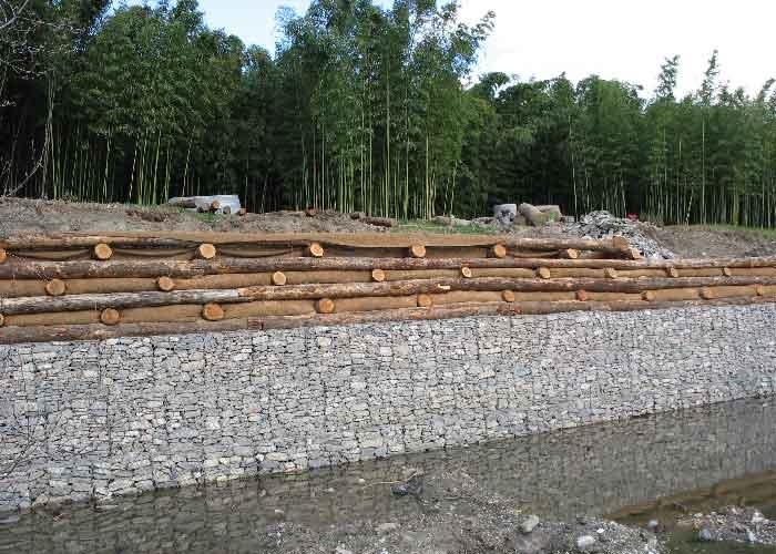 3 niveaux de caissons végétalisés à double paroi sont alors mis en place.