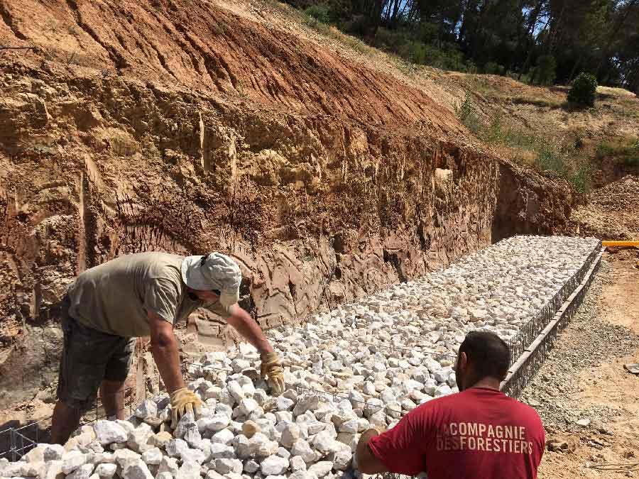 Gabions, remplissage en vrac de pierres calcaires non gélives