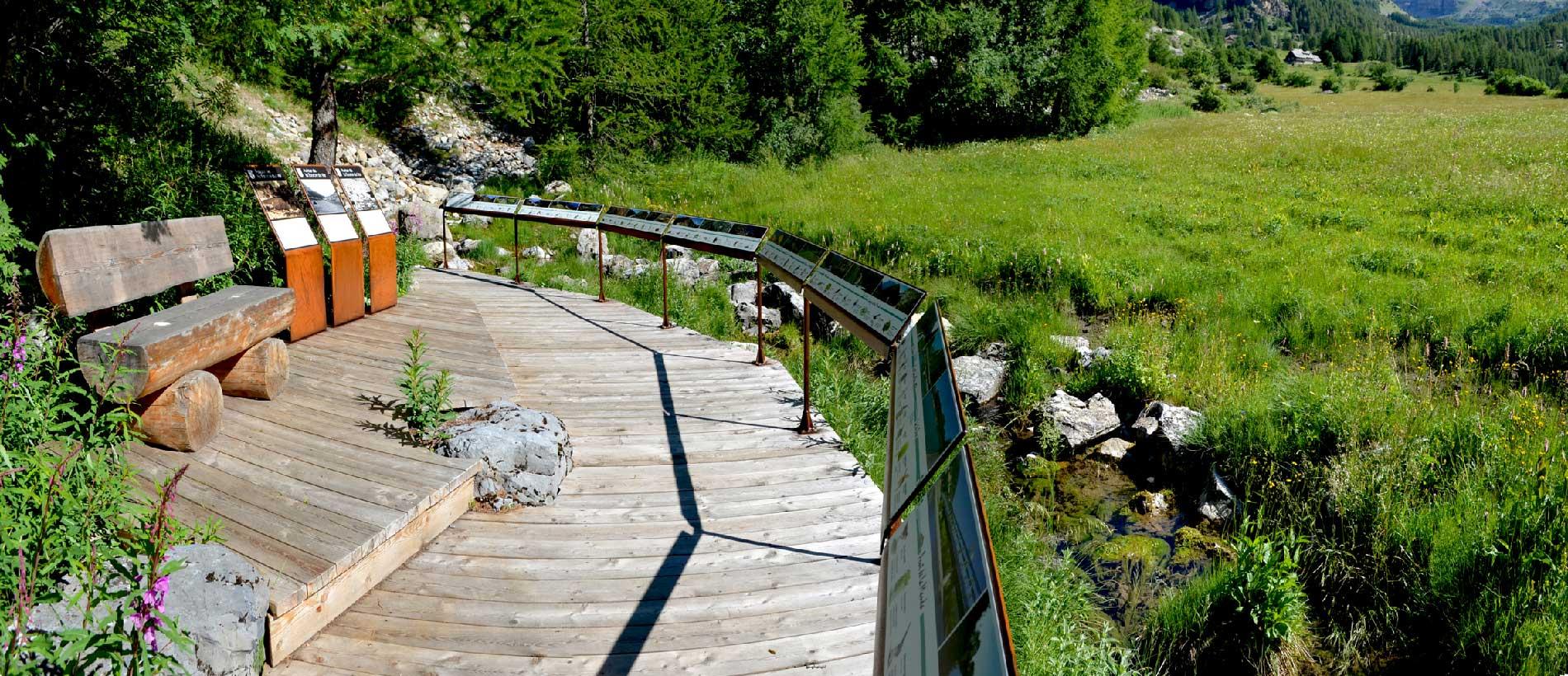 Cheminement en bois et et point de vue panoramique depuis la source du Var