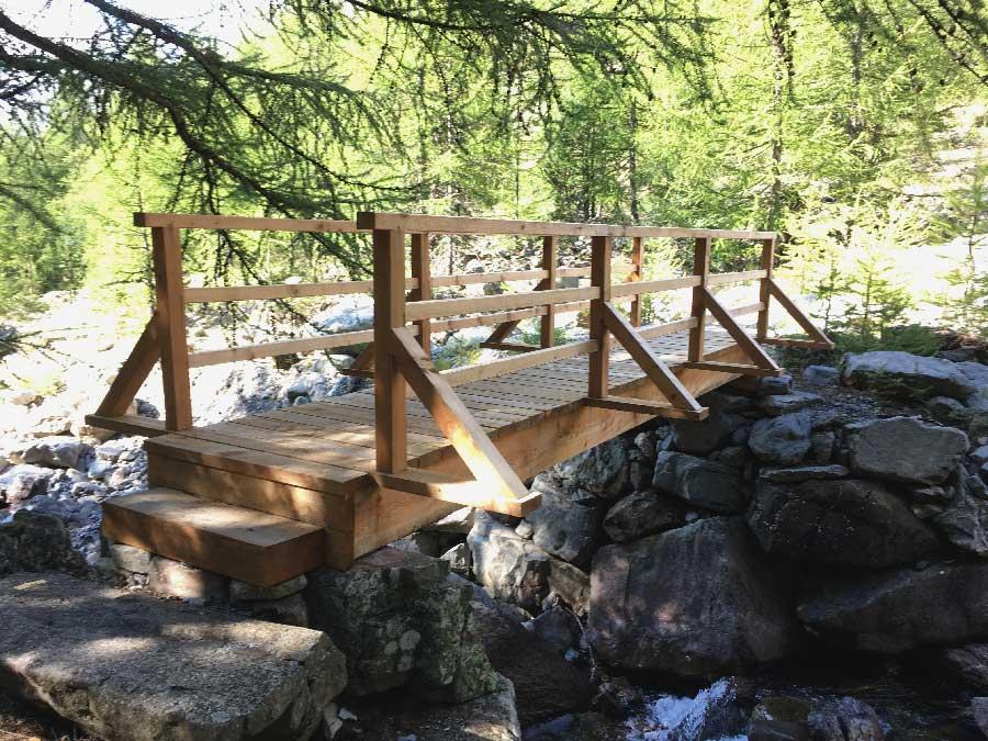 Passerelle bois édifiée pour un passage en été comme en hiver en ski de fond