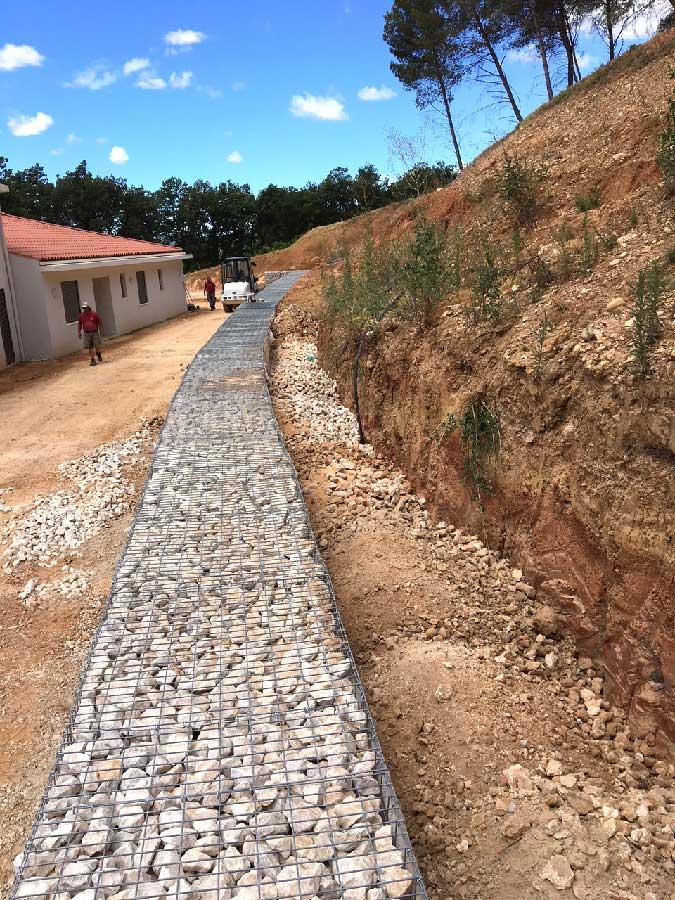 Construction d'un mur de soutènement de talus en gabions