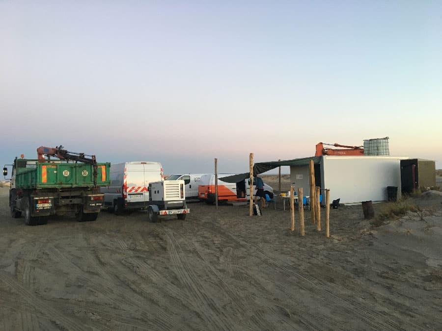installation du camp de base sur la plage de Beauduc pour 3 semaines de chantier