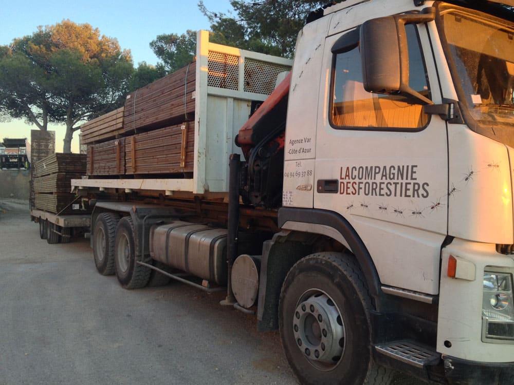 Acheminement du bois pour un aménagement extérieur
