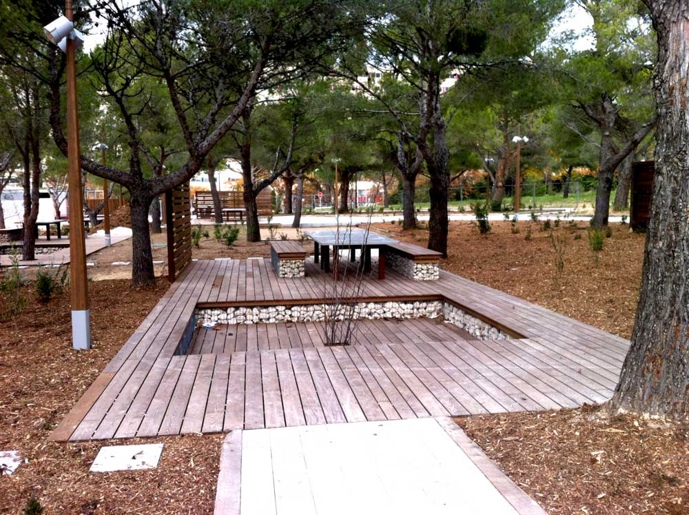 Aménagement d'un espace de repos en bois et gabions