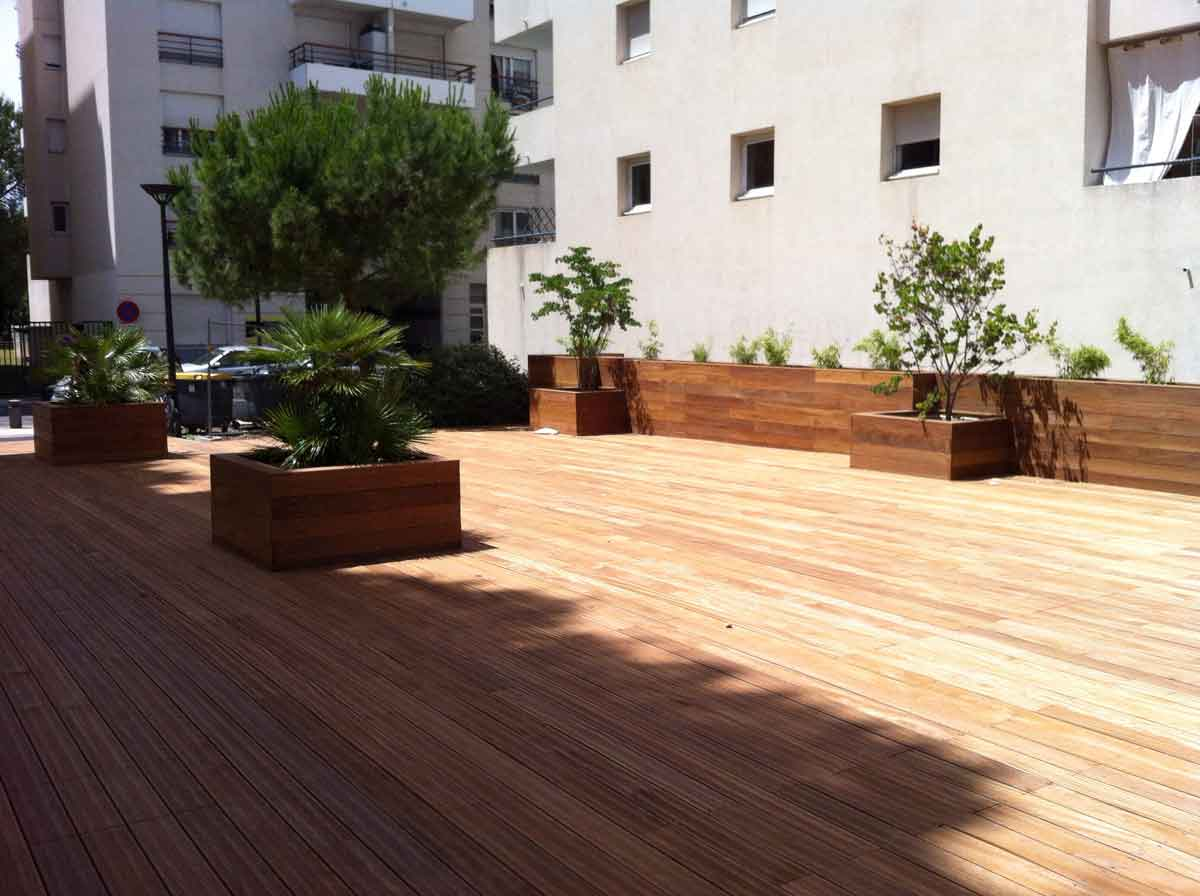 Terrasse et jardinières en bois exotique
