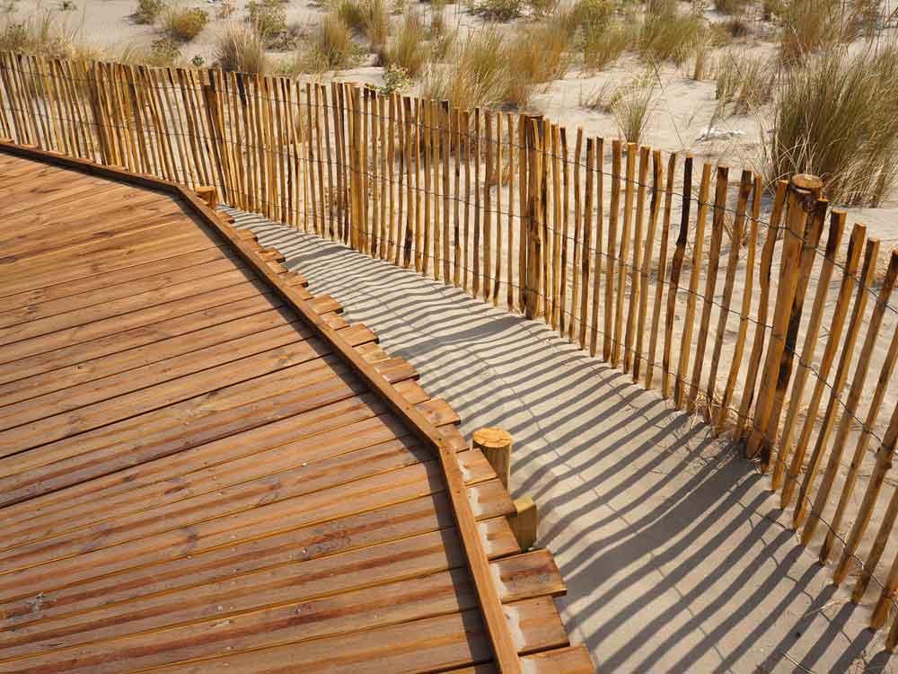 Cheminement bois et ganivelles, plage de Beauduc