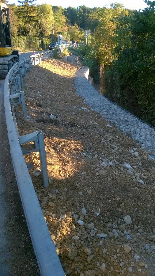Soutènement de talus en gabions pour une route courbe