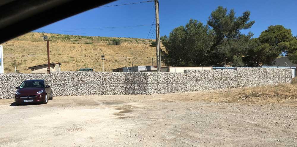 Clôture en gabions pour sécuriser le parc photovoltaïque de Lauzières