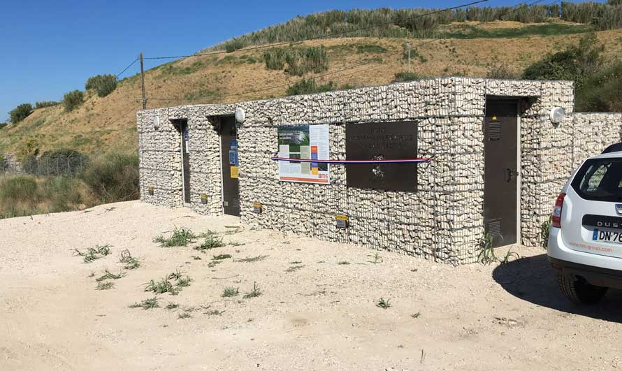 Parement de façade en gabions sur un poste de livraison - parc photovoltaïque de Lauzières