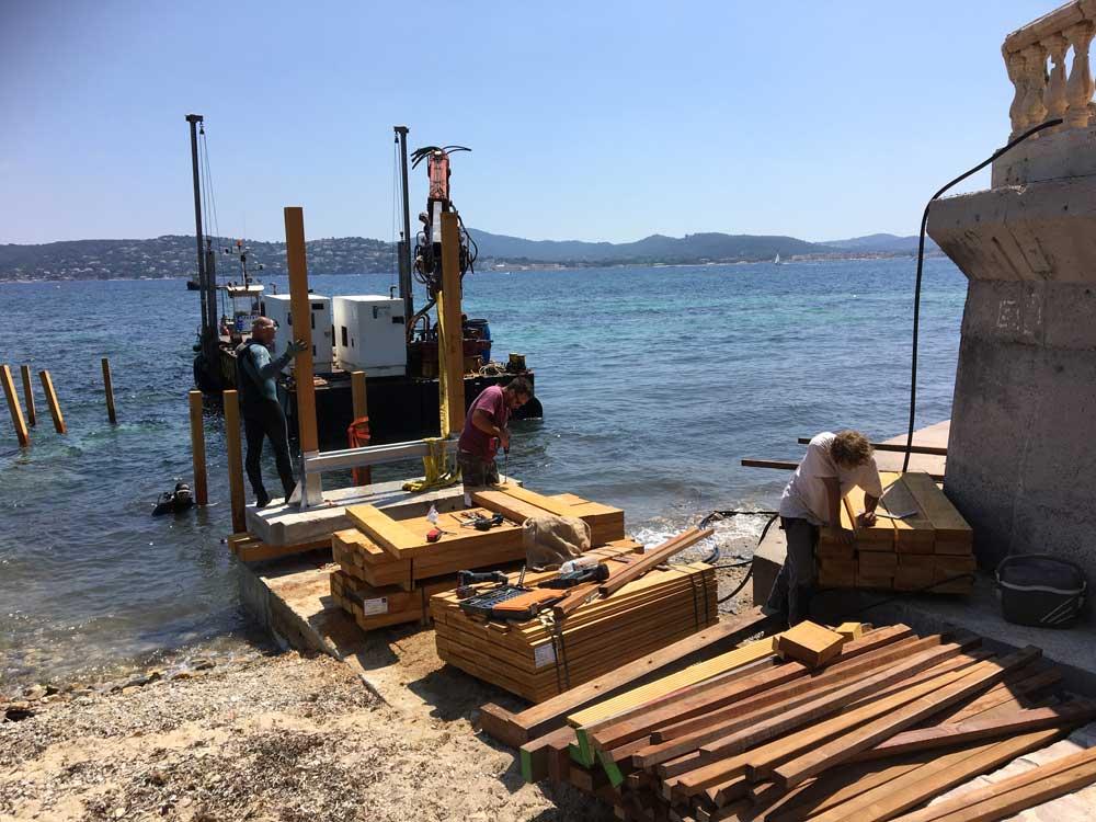 Ponton bois : mise à l'eau des poteaux bois pré-scellés sur platine