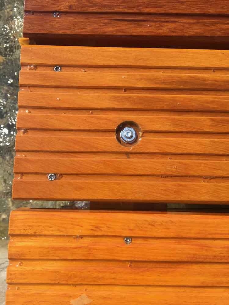 Ponton bois démontable : fixation des panneaux aux solives avec des goujons