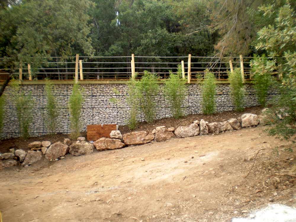 Mur de soutènement en gabions pour un bassin de rétention d'eau, Bouches-du-Rhône