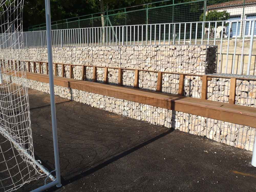 Stade Gradin en cage gabion et assises en bois
