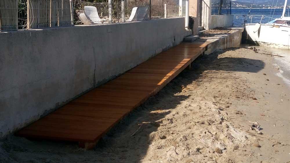 platelage bois sur le sentier du littoral