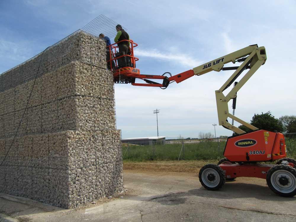 Construction pyramidale d'un mur anti-bruit en gabions