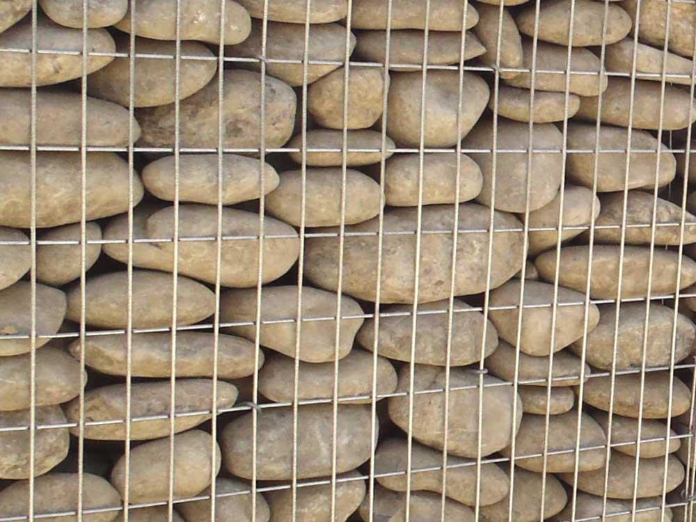 parement de façade en gabions de galets de rivière