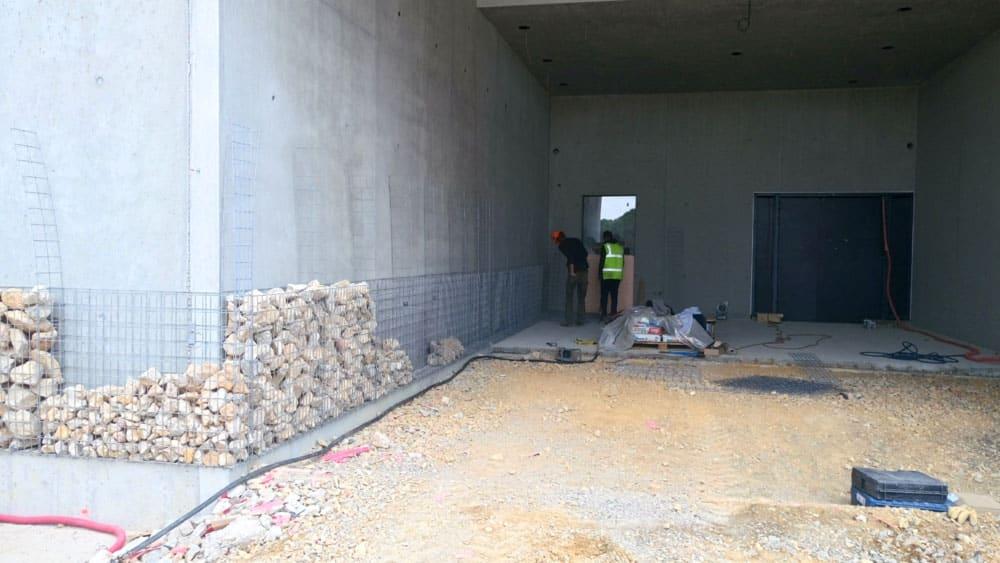 Parement de façade en gabions fixé sur des murs en béton