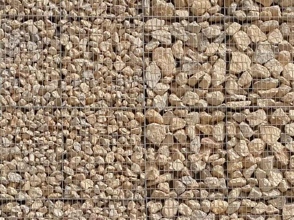 parement de façade en gabions et pierres alternées