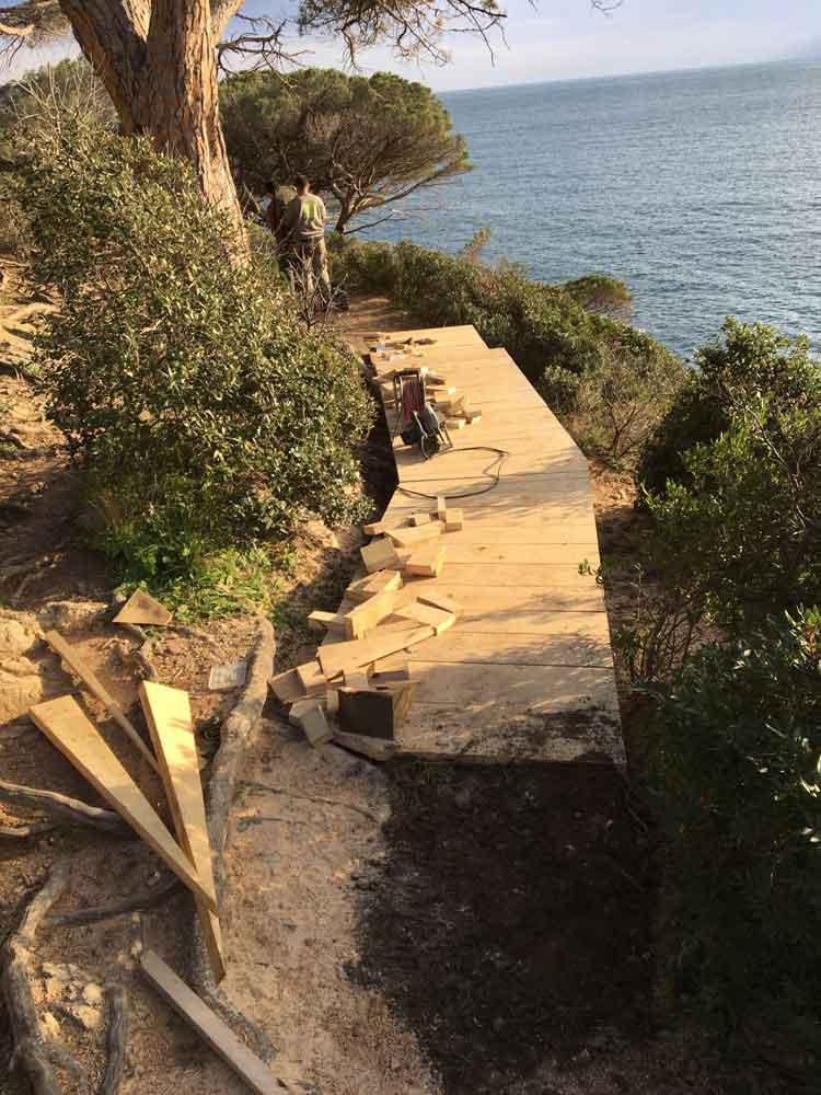 Cheminement en bois, sentier du Cap Lardier