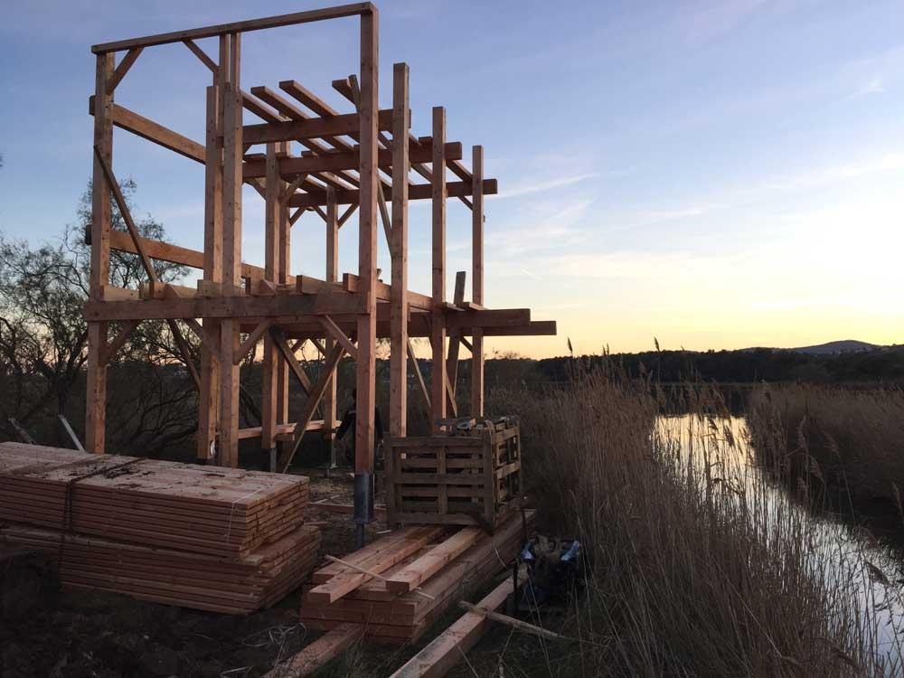 Tour d'observatoire en bois sur pieux battus sur l'étang de Villepey, commune de Fréjus