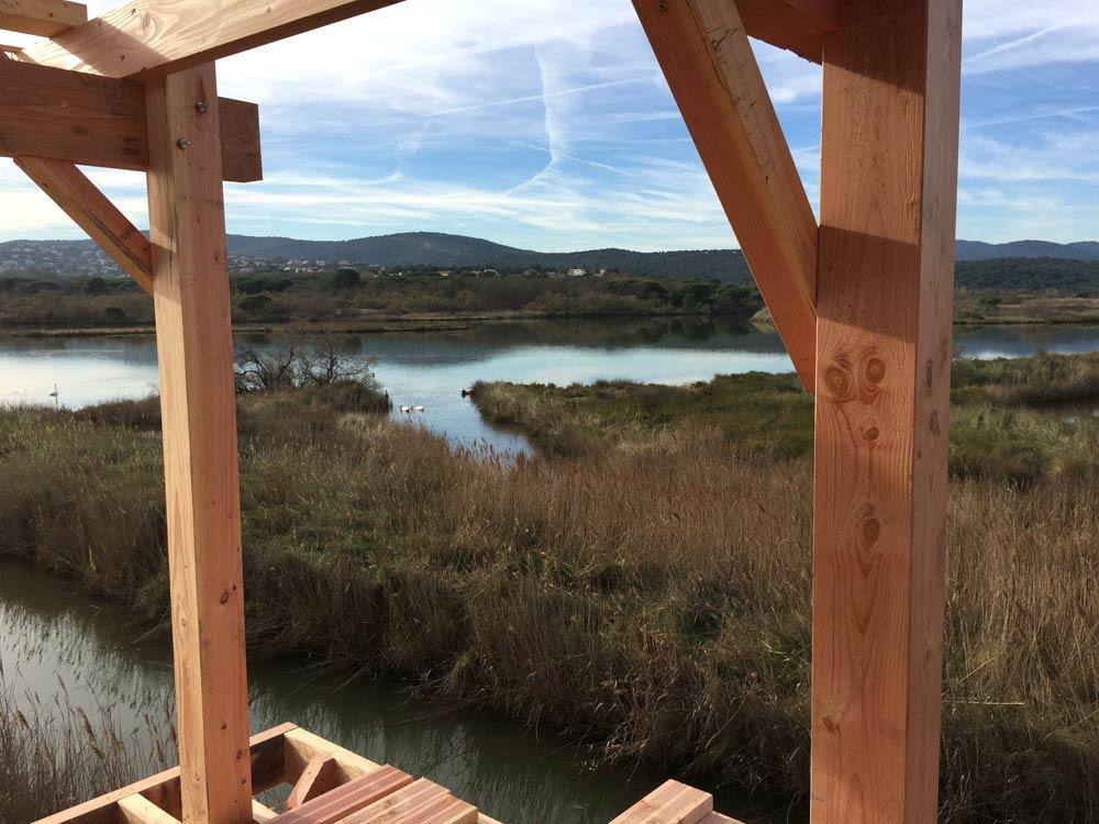 Observatoire en bois sur pieux battus sur l'étang de Villepey à Fréjus