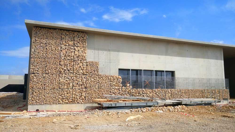Parement de façade en gabions sur une ouverture