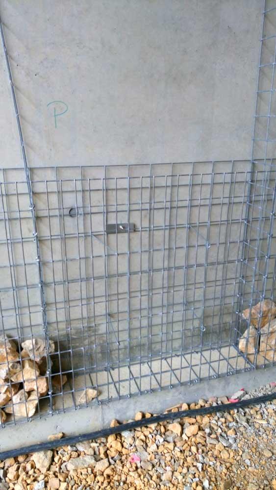 Platine et goujon pour fixer les cages gabions